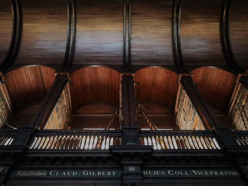 Βιβλιοθήκη με παλαιό ξύλο