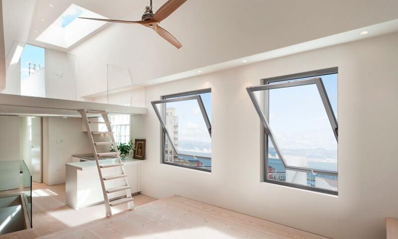 Περιστρεφόμενα ξύλινα λευκά παράθυρα