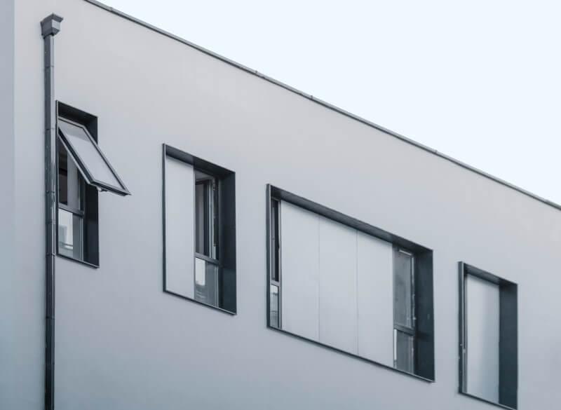 Παράθυρα από αλουμίνιο την ημέρα